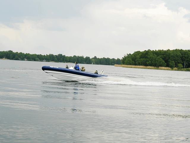 Met snelheid over de rivier in een rib boot