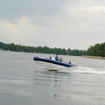 Spectaculair over de rivier met een rib boot